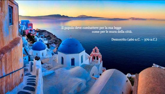 Una massima di Democrito sullo sfondo di una veduta mozzafiato dell'isola di Santorini (Grecia)
