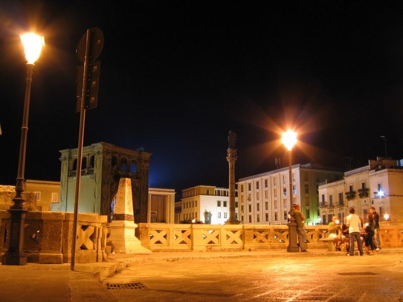 Lecce visiuale suggestiva della Piazza di Sant'Oronzo