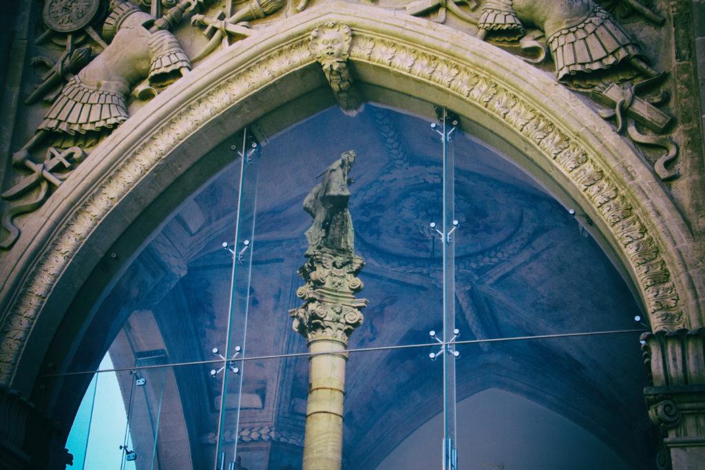 La colonna di Sant'Oronzo specchiata sulla vetrata del Sedile - Lecce