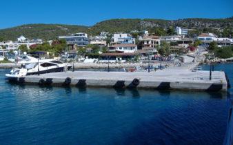 Il piccolo porto di Agia Marina